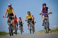 Mountainbiker erkunden den Südharz über den Karstwanderweg, der auf rund 230 Kilometern durch die eindrucksvolle Gipskarstlandschaft führt.  Foto: djd | Touristinformation Osterode am Harz