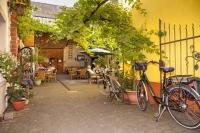 Die Ferienregion Römische Weinstraße zwischen Schweich und Leiwen ist vom Weinbau geprägt. Zahlreiche Straußwirtschaften laden zu einer genussvollen Radlerrast ein.  Foto: djd | roemische-weinstrasse.de