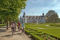 Der Barockgarten am Schloss Neuhaus zählt zu den beliebten Zielen von Radwanderern in der Ferienregion Teutoburger Wald. Foto: djd | Touristikzentrale Paderborner Land e.V.