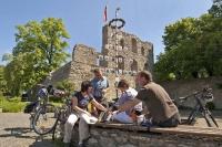 Rast vor historischer Kulisse: Die Burg Bad Lippspringe zählt zu den sehenswerten Kulturschätzen. Foto: djd | Touristikzentrale Paderborner Land e.V.