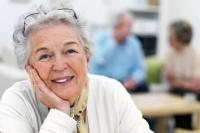 Senioren möchten möglichst bis ins hohe Alter im vertrauten Umfeld wohnen bleiben. Umso wichtiger ist es, in eine zeitgemäße Haussicherung zu investieren.  Foto: djd | LISTENER Sicherheitssysteme GmbH