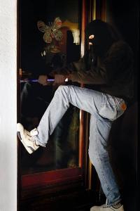 Einbrecher spähen gerade ältere Menschen mit Vorliebe als Opfer aus. Einfach nachrüstbare Alarmanlagen schlagen die Täter in die Flucht, bevor sie überhaupt ins Haus gelangen können.  Foto: djd | LISTENER Sicherheitssysteme GmbH