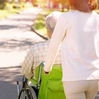 Mit höherem Alter steigt das Risiko, pflegebedürftig zu werden. Zum 1. Januar 2017 treten bei der Pflegeversicherung zahlreiche Neuerungen in Kraft. Foto: djd | Deutscher Sparkassenverlag