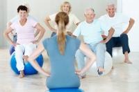 Gezielte Übungen, aber auch Bewegung und Sport allgemein unterstützen die Gangsicherheit, die Balance und das Koordinationsvermögen. Foto: djd | Vertigoheel/Getty