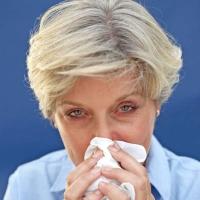 Ältere Menschen sind häufiger erkältet, weil ihr Immunsystem nicht mehr auf Hochtouren arbeitet. Häufig sind sie auch von einem Mangel an dem Mikronährstoff Zink betroffen, der die Abwehrkräfte schwächt. Foto: djd | Wörwag Pharma/thx