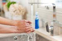 Rund 80 Prozent aller ansteckenden Krankheiten werden über die Hände übertragen. Eine gründliche Reinigung mit Flüssigseife kann davor schützen. Foto: djd | Wörwag Pharma/Corbis