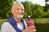 Gerade für Senioren ist es wichtig, regelmäßig und über den Tag verteilt zu trinken. Ideal für unterwegs ist etwa eine wiederbefüllbare Glasflasche. Foto: djd | Emil/R. Kneschke - Fotolia