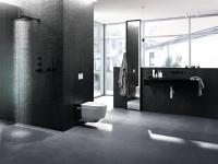 Bodenebene Duschen lassen das Badezimmer optisch größer wirken. Mit dem AquaClean Mera von Geberit wird auch die Toilette zum Highlight.