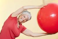 Damit die Beweglichkeit möglichst lange erhalten bleibt, ist körperliches Training unverzichtbar. Foto: djd   Diasporal/panthermedia