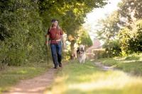 Gassi gehen hält Hund und Halter fit.  Foto: djd | AGILA Haustierversicherung