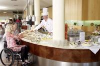 Ob Frühstück, Kegeln, Schwimmen, Kongress oder Ausflug - das Haus Rheinsberg ist der ideale Ausgangspunkt für einen barrierefreien Komforturlaub in Brandenburg. Foto: djd | www.hausrheinsberg.de