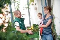 Wer sichergehen möchte, hochwertige Bio-Produkte zu kaufen, kann eine Ökokiste von einem Lieferbetrieb aus der Region bestellen. Foto: Ökokiste e.V. | akz-o