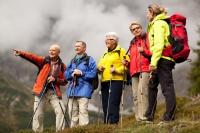 Für manche Unternehmungen wie Wandern in den Bergen ist ein guter Gleichgewichtssinn unerlässlich. Quelle: djd | Vertigoheel | Getty Images