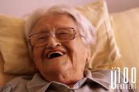 """Theresia (101): """"Familie und Bekannte hab' ich genug, es kommen auch viele rein. Ich bin immer froh, wenn jemand reingeht. Wenn die Tür aufgeht, bin ich immer neugierig, wer kommt."""""""