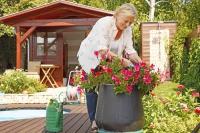 Die Gartensaison beginnt: Stehende und kniende Tätigkeiten sollten sich dabei abwechseln, das schont die Gelenke. Foto: djd | © CH-Alpha-Forschung | sepy-Fotolia