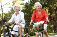 Endlich wieder unterwegs mit dem Fahrrad: Untrainierte sollten allerdings erst einmal mit kurzen Touren beginnen, um Überlastungen zu vermeiden. Foto: djd | © CH-Alpha-Forschung | Monkey Business-Fotolia