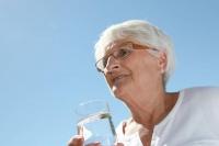 Im Sommer trinken Senioren oft nicht genug. Ein Trinkplan kann ihnen helfen, ihre Flüssigkeitsaufnahme zu kontrollieren.  Foto: djd | Forum Trinkwasser e.V.  | © goodluz-Fotolia