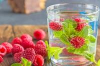 Mit frischen Beeren und Kräutern wird Trinkwasser zu einem köstlichen Sommerdrink.  Foto: djd | Forum Trinkwasser e.V.  | © klukovkaali - Fotolia