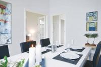 Den Lebensmittelpunkt im Bungalow bildet der großzügig konzipierte Wohn- und Essbereich mit seiner hellen Atmosphäre. Foto: djd | Danhaus