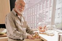 Bei der Einrichtung an morgen denken: Praktische Details und eine ergonomische Gestaltung etwa der Küche bilden den Einstieg ins barrierearme Wohnen. Foto: djd | TopaTeam Nolte