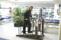 Stufe für Stufe das Treppensteigen zurückerobern: Eine spezielle Therapietreppe ist eine sichere Alternative zum Training im