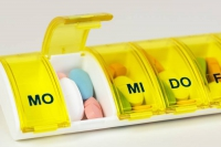 Risiko Mehrfachmedikation: Seit Oktober 2016 haben Patienten, die regelmäßig drei oder mehr verordnete Arzneimittel einnehmen, deshalb einen Anspruch auf einen sogenannten Medikationsplan. Foto: djd/mhplus/Adobe Stock Nr. 81875184/Gundolf Renze