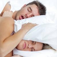 Nicht überall geht es so friedlich in den Betten zu: Im Winter wird überdurchschnittlich häufig geschnarcht. Foto: djd | Alpine/Getty Images/Troels Graugaard