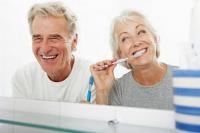 Wer seine Zähne gründlich pflegt, hat auch als Diabetiker gut lachen. Foto: djd | Aminomed/bowdenimages