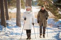 Wenn man warm eingepackt und mit Wander- oder Walkingstöcken ausgerüstet ist, macht Bewegung im Freien auch in der kalten Jahreszeit Freude und tut den Gelenken gut. Foto: djd | Sanofi/thx