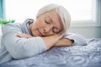 Fast 40 Prozent der über 65-Jährigen leiden unter Schlafstörungen - die Folge ist oftmals eine unangenehme Tagesmüdigkeit. Foto: djd | Neurexan/Getty