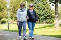 Wer sich regelmäßig bewegt, kann seine Mobilität und Selbstständigkeit bis ins Alter erhalten. Voraussetzung ist eine gute Fußgesundheit. Foto: djd | Florett - Varomed
