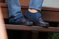 Schuhmodelle mit Klettverschlüssen und Stretcheinsätzen lassen sich an die Fußform anpassen. Foto: djd | Florett - Varomed