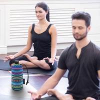 Vor und nach der Yogastunde sollte man viel Wasser oder Tee trinken.  Foto: djd | Emil/4frame group - stock.adobe.com