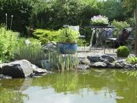 Mit geschickter Raumplanung kann man verschiedene Gartenzimmer schaffen - das eine zum Aktivsein, das andere zum Entspannen. Foto: BGL