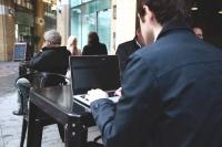 Mal eben im Café die Mails checken oder das Onlinebanking öffnen? In Windeseile können visuelle Hacker dabei an vertrauliche Daten gelangen, wenn der Notebook-Bildschirm nicht geschützt ist. Foto: djd | www.3m.de/Paris Seawell