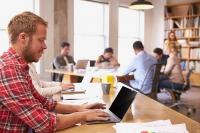 Mitlesen verboten. Eine neue EU-Verordnung stellt erhöhte Anforderungen an den Datenschutz - auch was den Schutz von PC- und Notebook-Bildschirmen angeht. Foto: djd | www.3m.de/Monkeybusinessimages/Dreamstime.com
