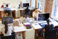 Auch in Großraumbüros sind die Risiken für das Ausspähen vertraulicher Daten groß. Eine neue EU-Verordnung zwingt Unternehmen, jetzt zu handeln. Foto: djd | www.3m.de/Monkeybusinessimages/Dreamstime.com