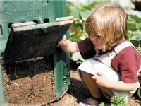 Thermokomposter verwandeln organische Abfälle schnell in wertvollen Mulchkompost. Foto: Neudorff