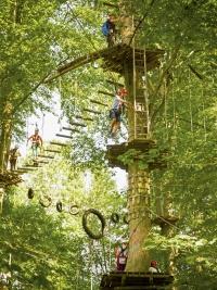 Der Teutoburger Wald ist ein echtes Kletterparadies: In zwei spannenden Parks kommen Jung und Alt voll auf ihre Kosten und können sich im Hochseilgarten austoben. Foto: epr/Teutoburger Wald/Interakteam GmbH