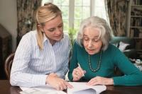 Zusätzlich zur Vorsorgevollmacht sollte jede Person eine Patientenverfügung verfassen. Foto: Daisy-Daisy/gettyimages.com/akz-o