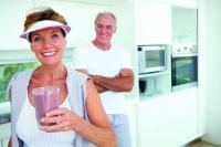 Im Alter fällt vielen das Schlucken schwer. Um keine Mangelernährung zu riskieren, hilft spezielle Trinknahrung aus der Apotheke. Foto: txn | GlobalStock/istock