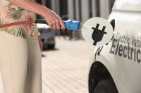 Mit Festkörper-Batterien könnte das Laden von E-Autos bald so schnell gehen wie das Betanken von Verbrennern. Foto: Bosch/mid/akz-o