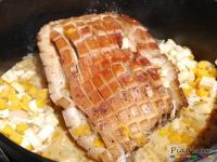 Knuspriger Schweinebauch aus dem Dutch Oven mit einer schönen und knusperigen Kruste nach dem Rezept auf Seite 77 | Foto: © Pia Haun