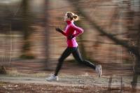 Die Laufschuhe im Winter an den Nagel hängen? Kommt nicht infrage! Denn gerade in der kalten Jahreszeit kann Bewegung an der frischen Luft die Abwehrkräfte stärken. Foto: Thinkstock/Getty/VictorCap