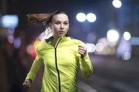 Ob morgens oder abends – oft ist es beim Laufen im Winter noch dunkel. Dann lautet die Devise: Sehen und gesehen werden. Foto: Thinkstock/Getty/Halfpoint