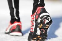 """Rutschfeste Schuhe sind im Winter ein Muss – für noch mehr Grip bei Glätte können """"Schneeketten"""" sorgen. Foto: Thinkstock/Getty/Maridav"""