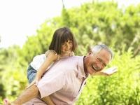 Viele Großeltern schultern heute aktiv einen Teil der Enkelbetreuung. Das macht Spaß, kann aber auch Kraft kosten. Foto: djd/Atro Pro Vita | Getty Images - BananaStock