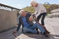 Starker Muskelabbau kann Gangunsicherheit und Stürze begünstigen. Foto: djd/Atro Pro Vita | Getty Images/Zinkevych