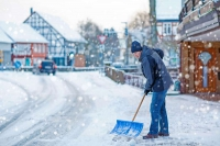 Schneeschippen ist Pflicht für Grundbesitzer. Foto: djd/Nürnberger Versicherung/Getty