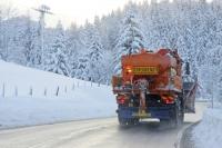 Für die Verantwortlichen des Winterdienstes ist es eine Herkulesaufgabe, das Straßennetz in Deutschland auch bei Schnee und Eis befahrbar zu halten. Foto: djd/Verband der Kali- und Salzindustrie e.V./pe-foto - stock.adobe.com